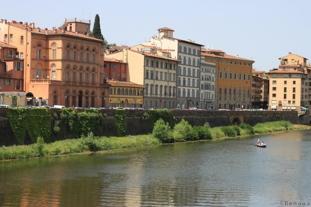 Vue des bâtiments au bord de la rivière au centre ville de Florence en Italie