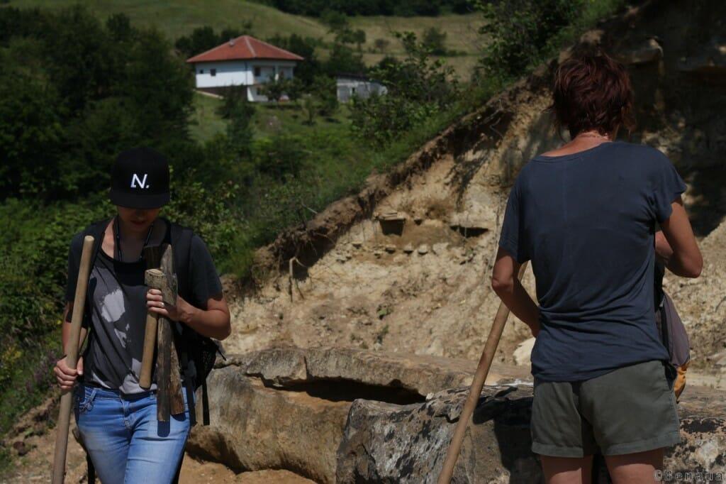 Pyramides de Bosnie - Site des Tumulus. Encadré par une archélogue junior, nous avons commencé à faire des recherches sur ce site.