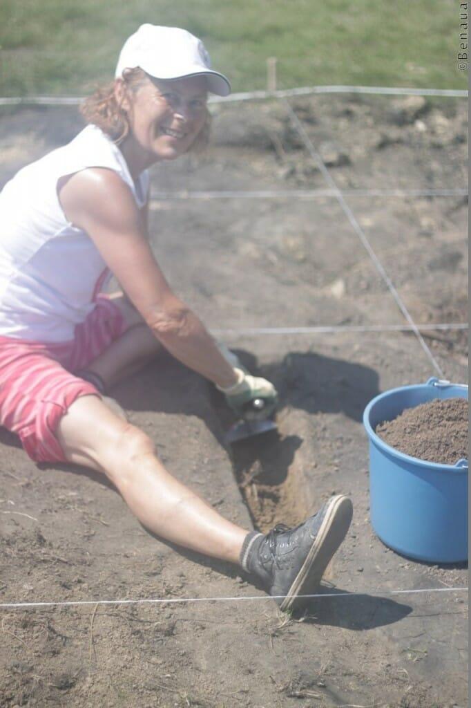 Photo d'une volontaire sur le site des Tumulus aux Pyramides de Bosnie
