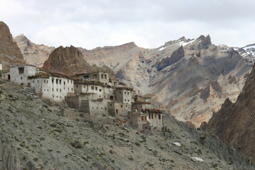 Photo d'un village perché dans le Zanskar