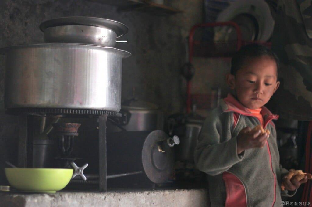 Villages et population Zanskari en Himalaya - Garçon dans la tente d'un local