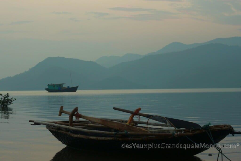 Barque de pêcheurs à Quan Lan