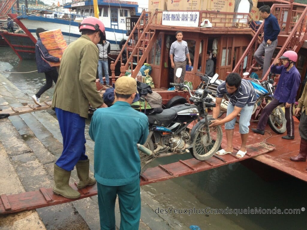 Vietnam en moto - Bateau pour Quan Lan