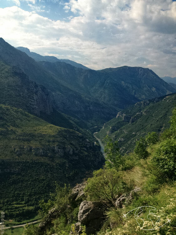 Randonner dans le Parc Biogradska Gora au Monténégro - Vue en train de Podgorica à Kolasin