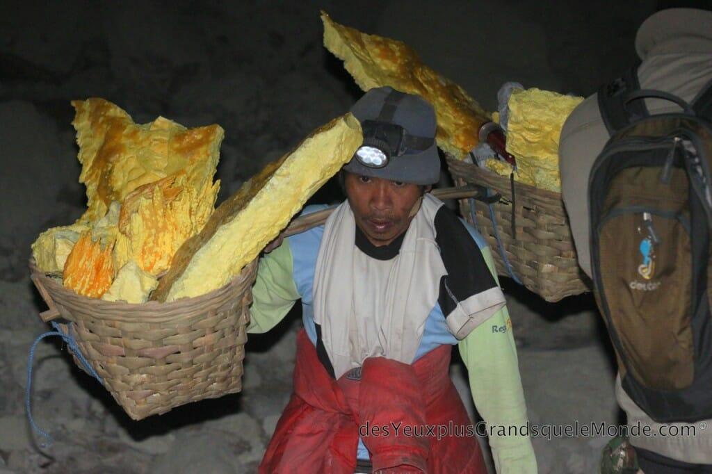 Ascension du Volcan Ijen à Java en Indonésie - Ces hommes du Volcan Ijen 2