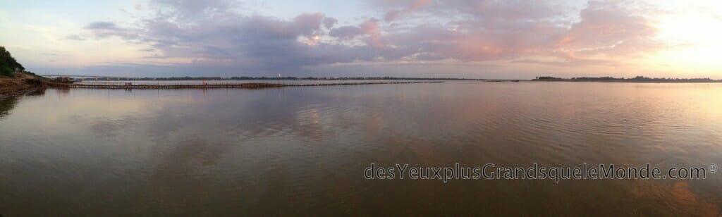 Visiter Kampong Cham au Cambodge - Couché de soleil sur le pont en bambou