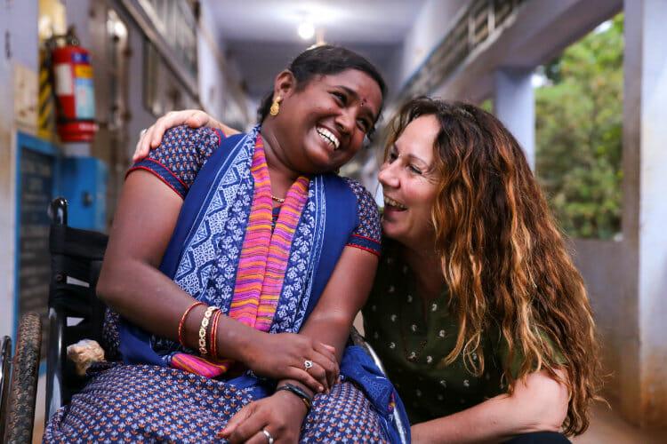 Volontariat avec l'Association les Enfants Papillons - Karine avec une résident du centre