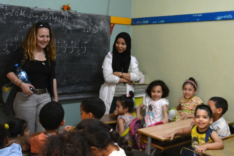 Volontariat avec l'Association les Enfants Papillons - Karine dans une classe au Maroc