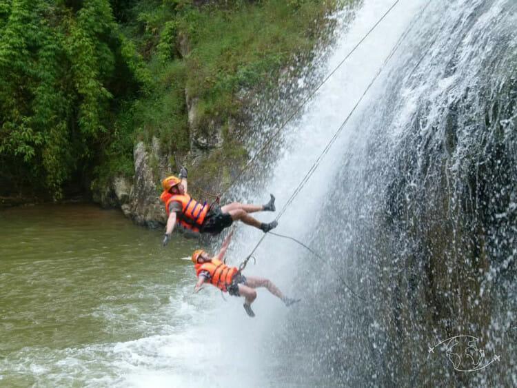 Dalat - YeuxGrands en train de chuter de la cascade
