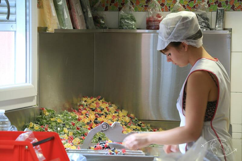 Confiserie des Hautes Vosges - Découpe manuelle de certains bonbons