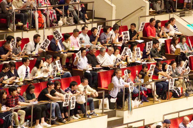 Sumo à Tokyo - Des fans encourageant leur champion