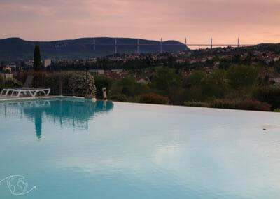 Vue de la piscine au Domaine Ste Estève de Millau