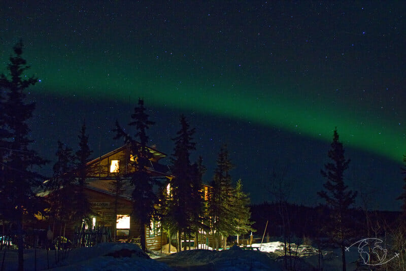 Blachford Lake Lodge sous une aurore boréale