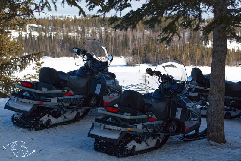 Snowmobile à Blachford Lake Lodge