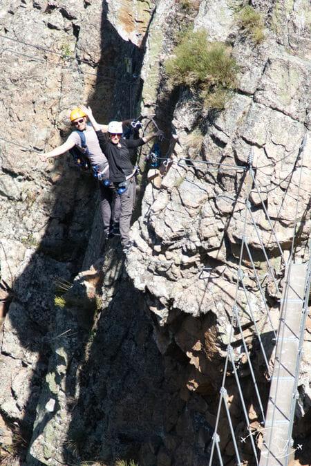 Eloise et Luke accrochés a la falaise de la via ferrata