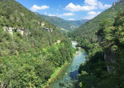Groupe de kayakistes vu des hauteurs des Gorges du Tarn