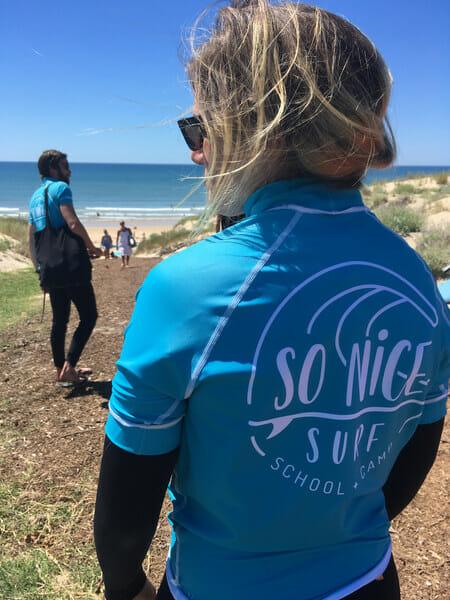 Mila et Denni à l'école de surf