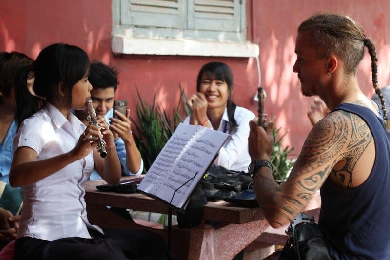 Voyage Solo - Niko avec des étudiants de l'Université des Arts de Phnom pen