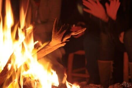 Au coin du feu dans le désert du Sahara