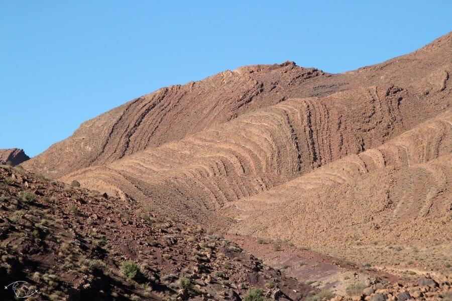 Montagnes de pierres à l'entrée du désert du Sahara