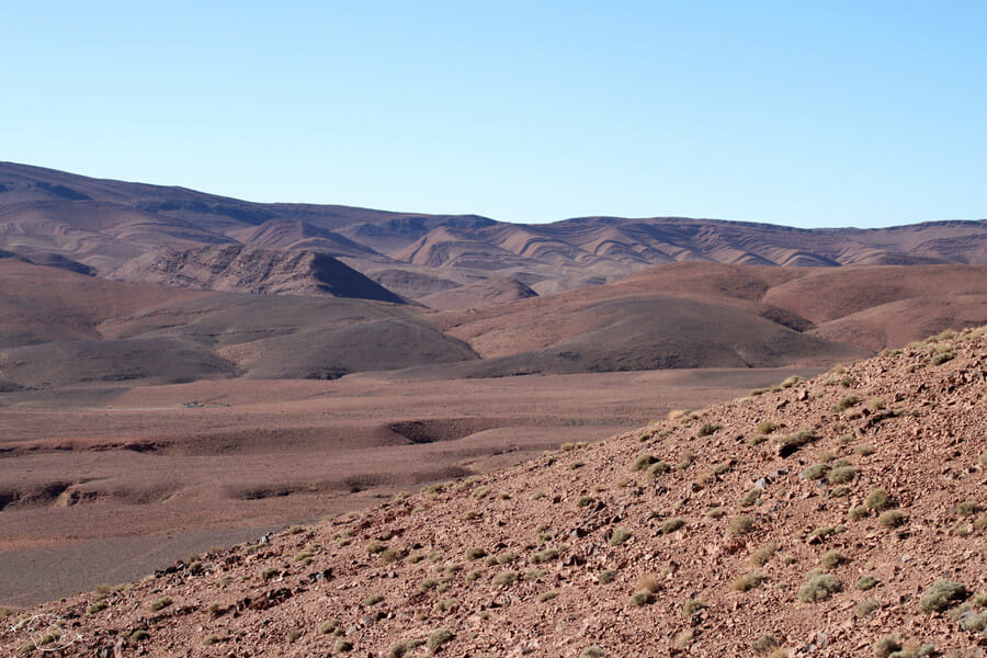 Montagnes de pierres avant d'entrer dans le désert du Sahara