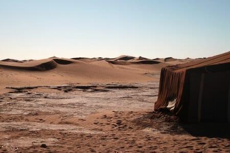 Tente berbère dans le désert du Sahara