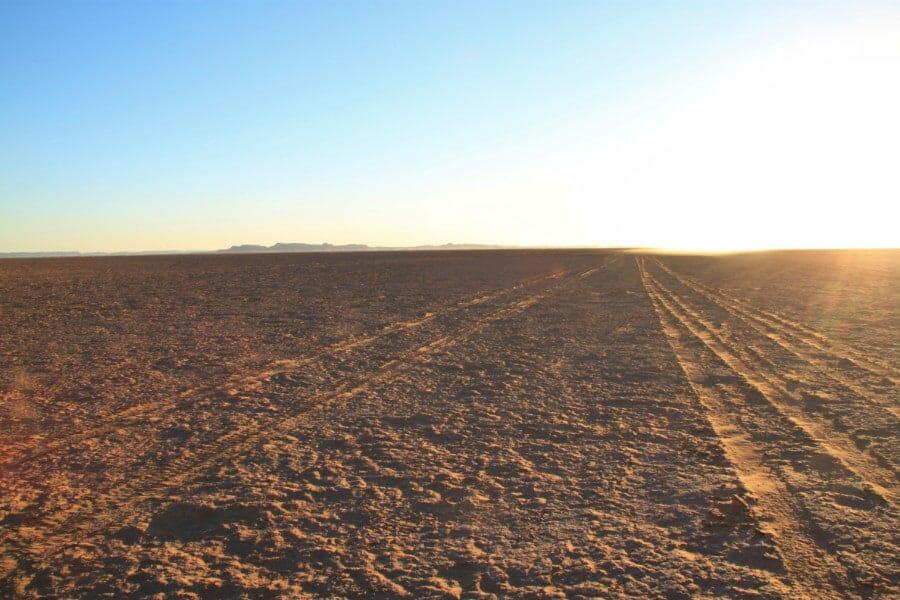 Trouver la route dans le désert du Sahara
