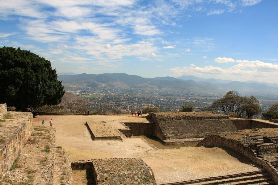 Vue sur Oaxaca du site archéologique