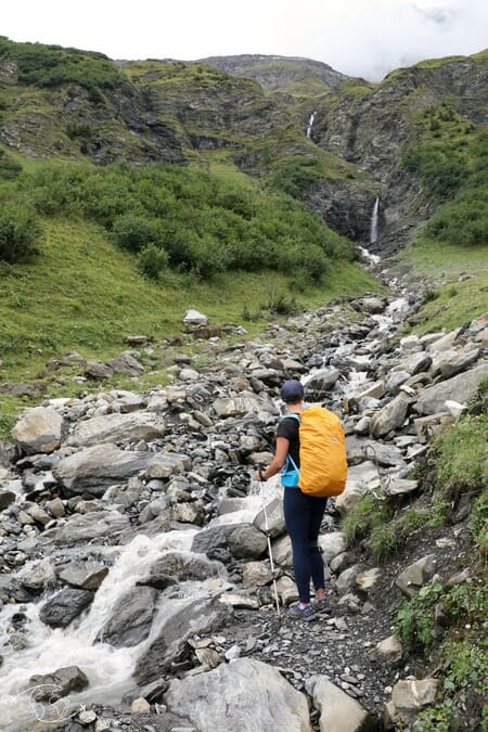 Randonnée suisse - Louisa devant un torrent