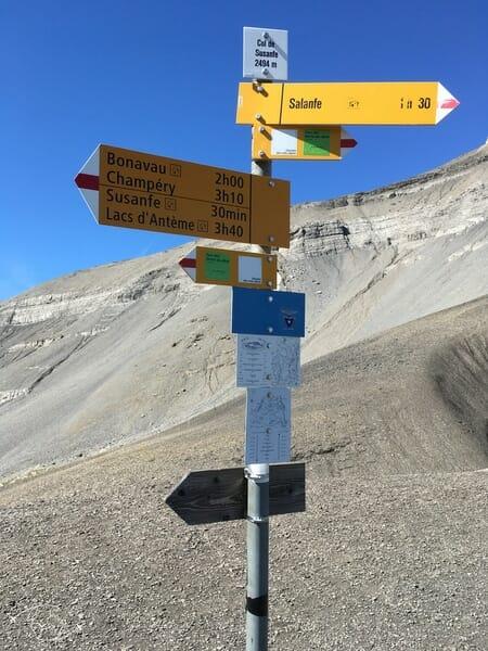 Randonnée suisse - Panneaux au Col de Susanfe