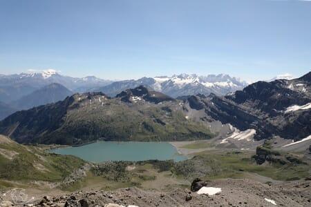 Randonnée suisse - Vue sur le Lac de Salanfe et la chaîne des Alpes