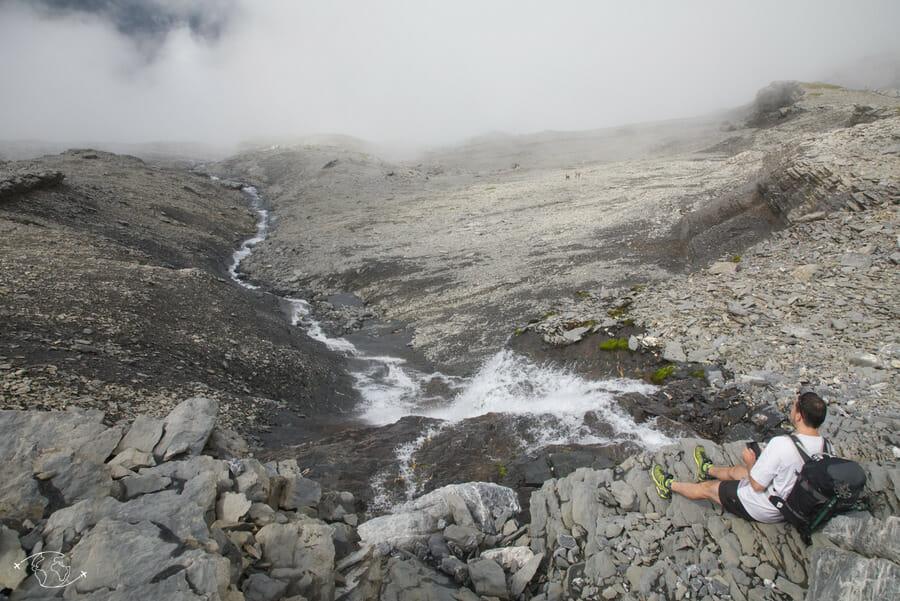 Chute d'eau et paysage minéral - Tour du Ruan