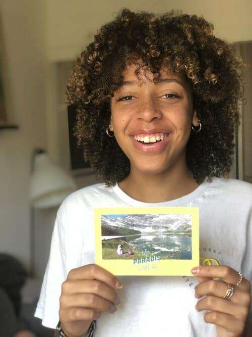 Zoé avec sa carte Popcarte