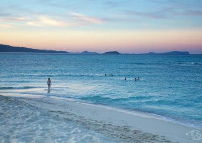 Baignade sur îlot de sable blanc au coucher du soleil - Visiter Mayotte