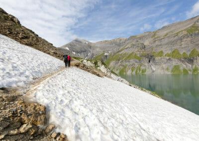 Passage équipé sur un névé au bord du Lac du Vieux Emosson