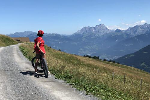 Zoé en VTTAE sur le Grand 8 - Suisse