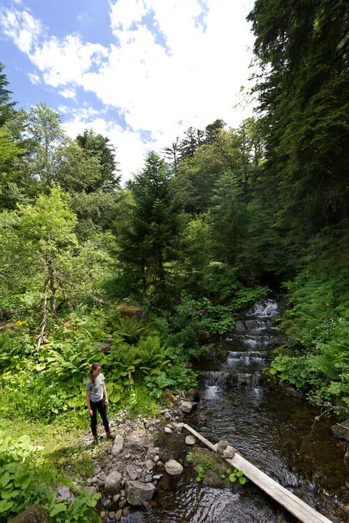 Chloé au bord d'une cascade - Boucle du Sancy