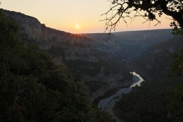 Que faire en Ardèche ? Lever de soleil au dessus du Bivouac de Gaud